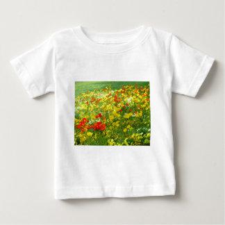 verschiedene bunte Blumen im Garten Baby T-shirt