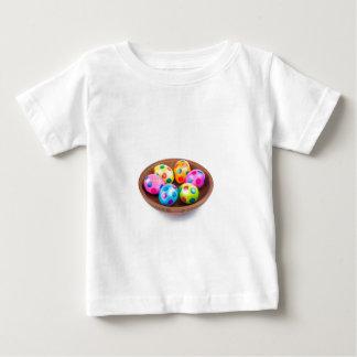 Verschiedene gemalte HuhnOstereier in der Baby T-shirt