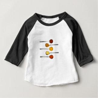 Verschiedene Gewürzgewürze auf Metalllöffeln Baby T-shirt