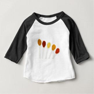 Verschiedene Gewürzgewürze auf Porzellanlöffeln Baby T-shirt