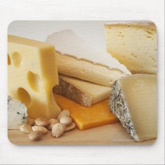 Verschiedene Käse auf hackendem Brett Mauspad
