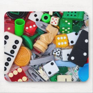Verschiedene Spielstücke auf einer Mausunterlage Mousepad