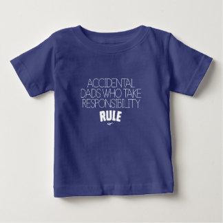 Versehentliche Vatis, die die weiße Baby T-shirt