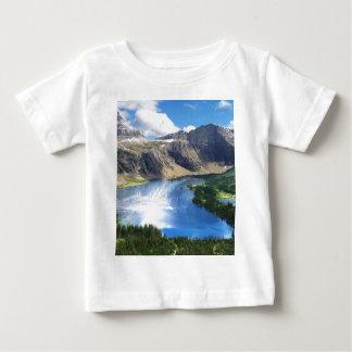 Versteckter See im Glacier Nationalpark Baby T-shirt