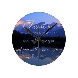 Vertrauen in mir zuzeiten des Problem-Psalm-50:15 Runde Wanduhr
