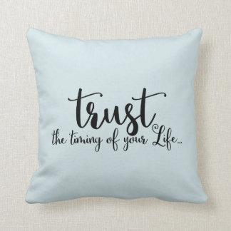 Vertrauen Sie dem TIMING Ihres Leben-Zitats Kissen