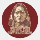 Vertrauen Sie der Regierung Runder Aufkleber