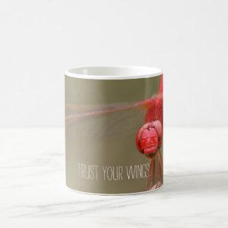Vertrauen Sie Ihrer Flügel-Zitat-Rot-Libelle Kaffeetasse