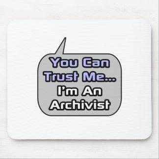 Vertrauen Sie mir. Ich bin ein Archivar Mousepads