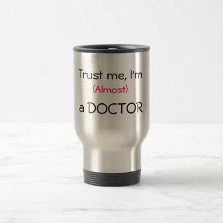 Vertrauen Sie mir, ich sind (fast) ein Doktor Reisebecher