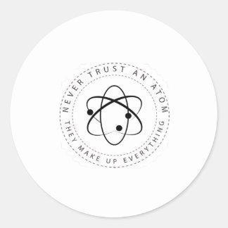 Vertrauen Sie nie einem Atom, sie bilden alles Runder Aufkleber