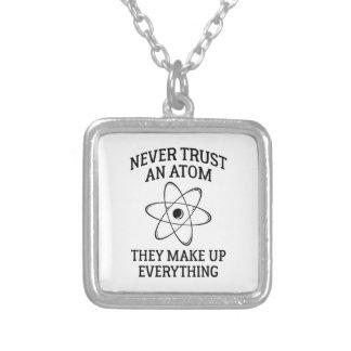 Vertrauen Sie nie einem Atom Versilberte Kette