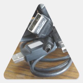 Verwicklung der staubigen Computerkabel mit Dreieckiger Aufkleber