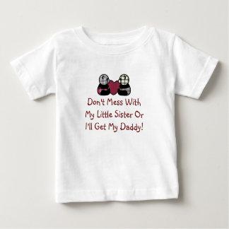 Verwirren Sie nicht mit kleine Schwester-Shirt Baby T-shirt