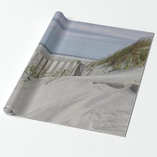 Verwitterter Strandzaun und Ozeanstrand Geschenkpapier