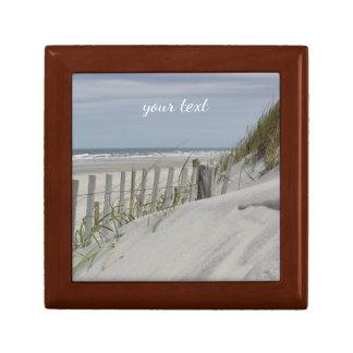 Verwitterter Zaun und Sanddünen am Strand Erinnerungskiste