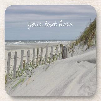 Verwitterter Zaun und Sanddünen am Strand Getränkeuntersetzer