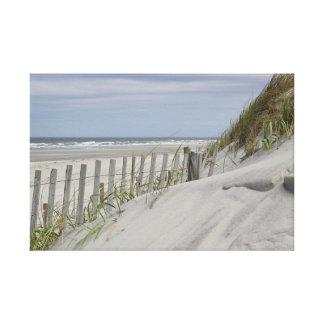 Verwitterter Zaun und Sanddünen am Strand Leinwanddruck