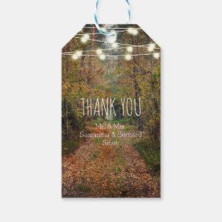 Verzauberte Waldweg-Hochzeit danken Ihnen zu Geschenkanhänger