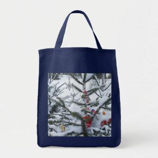 Verzierter Weihnachtsbaum draußen Tragetasche