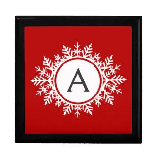 Verziertes weißes Schneeflocke-Monogramm auf Erinnerungskiste