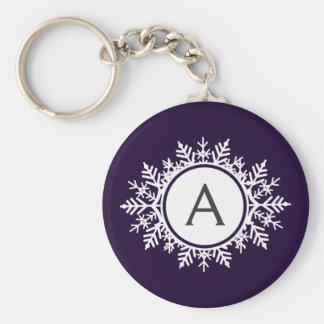 Verziertes weißes Schneeflocke-Monogramm auf Lila Schlüsselanhänger