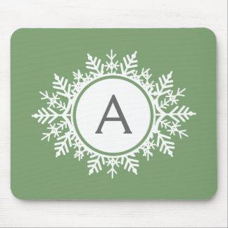 Verziertes weißes Schneeflocke-Monogramm auf Mauspad