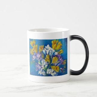 Vibrierende FrühlingFreesiaposy-Kaffee-Tasse Verwandlungstasse