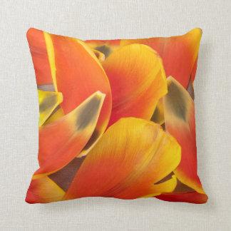 Vibrierende orange Tulpe-Blumenblatt-Fotografie Kissen