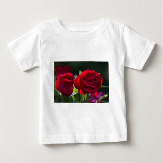 Vibrierende romantische Rote Rosen Baby T-shirt