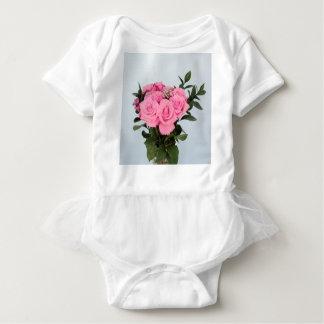Vibrierender Blumenstrauß der schönen rosa Rosen Baby Strampler