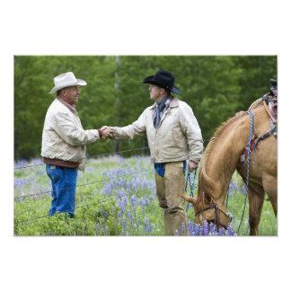 Viehzüchter, die Hände über herein fechten rütteln Fotografien
