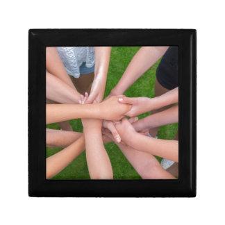 Viele Arme der Kinder, die Hände zusammenhalten Erinnerungskiste