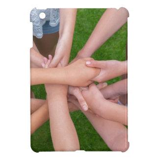 Viele Arme der Kinder, die Hände zusammenhalten iPad Mini Hülle