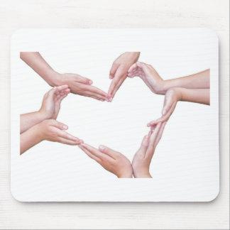 Viele Arme der Mädchen konstruieren Herz auf Weiß Mousepad