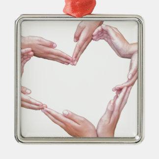 Viele Arme der Mädchen konstruieren Herz auf Weiß Silbernes Ornament