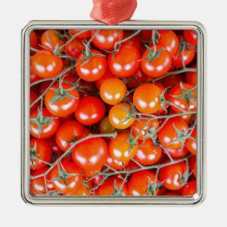 Viele Bündel der roten Rebetomaten Quadratisches Silberfarbenes Ornament