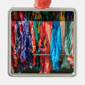 Viele bunten Schals, die am Markt hängen Quadratisches Silberfarbenes Ornament