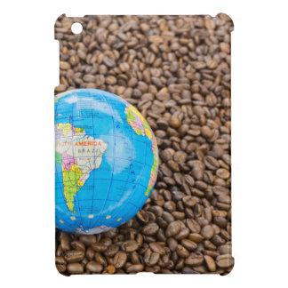 Viele ganzen Kaffeebohnen mit Südamerika-Kugel iPad Mini Hülle