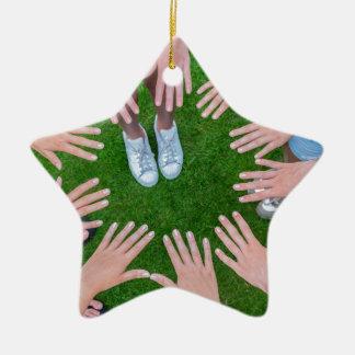 Viele Kinder übergibt das Anschließen Kreis über Keramik Stern-Ornament