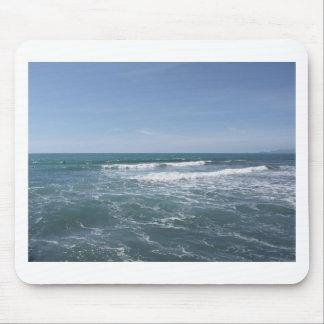 Viele Leute, die auf Surfbretter im Meer surfen Mousepad