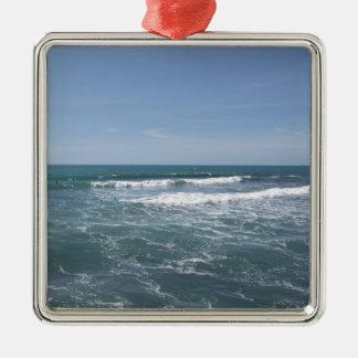Viele Leute, die auf Surfbretter im Meer surfen Quadratisches Silberfarbenes Ornament