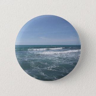 Viele Leute, die auf Surfbretter im Meer surfen Runder Button 5,1 Cm