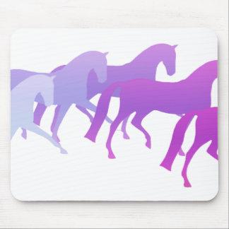 Viele Pferde (Purpur) Mousepads