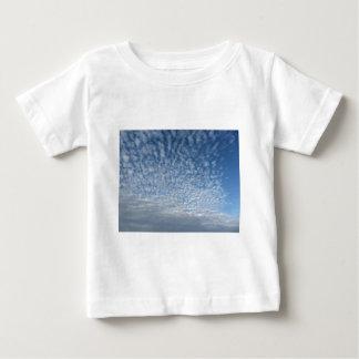Viele weichen Wolken gegen Hintergrund des blauen Baby T-shirt