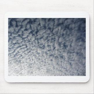 Viele weichen Wolken gegen Hintergrund des blauen Mousepad