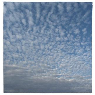 Viele weichen Wolken gegen Hintergrund des blauen Stoffserviette