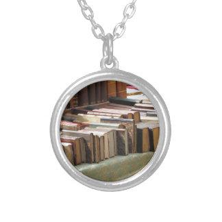 Viele zweite Handbücher am antiken Markt Halskette Mit Rundem Anhänger