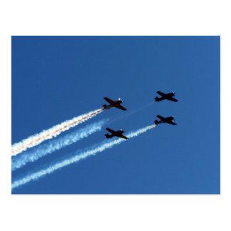 vier fliegende Flugzeuge mit Hinterblauem Himmel Postkarte