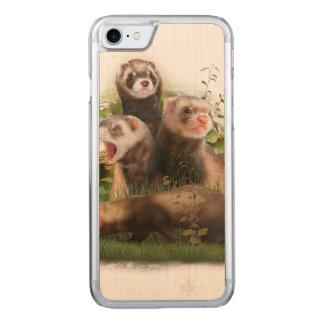Vier Frettchen in ihrem wilden Lebensraum Carved iPhone 8/7 Hülle